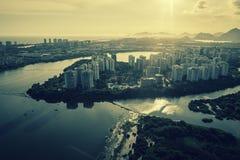 Rio de Janeiro, Barra da Tijuca avec la vue aérienne de lumière de coucher du soleil image libre de droits