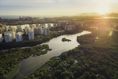 Rio de Janeiro Barra da Tijuca flyg- sikt med den ljusa läckan Arkivbild