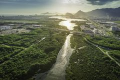 Rio de Janeiro Barra da Tijuca flyg- sikt med den ljusa läckan Royaltyfria Bilder