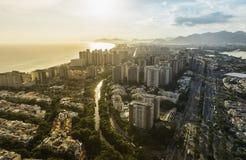 Rio de Janeiro Barra da Tijuca med flyg- sikt för solnedgångljus Arkivfoton