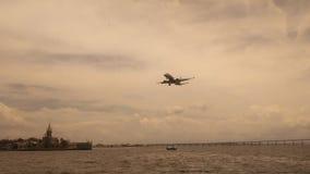 Rio De Janeiro, Brasil, Styczeń 29, 2017: Samolotowy lądowanie na Guanabara zatoce zdjęcia royalty free