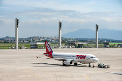 Rio de Janeiro, BRASILE - 11 aprile 2013: Aeroporto internazionale di Galeão con TAM Linhas Aereas Airplane Airbus A320-232 Fotografia Stock Libera da Diritti