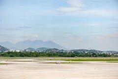Rio de Janeiro BRASILIEN - APRIL 11, 2013: Galeão internationell flygplats med den tomma landningsbanan fotografering för bildbyråer