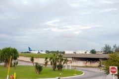 Rio de Janeiro BRASILIEN - APRIL 11, 2013: Galeão internationell flygplats med flygplanet royaltyfri fotografi