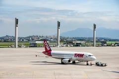 Rio de Janeiro BRASILIEN - APRIL 11, 2013: Galeão internationell flygplats med TAM Linhas Aereas Airplane Airbus A320-232 Royaltyfri Foto