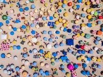 Rio de Janeiro Brasilien, bästa sikt av den Copacabana stranden som visar färgglade paraplyer och folk som kopplar av på en somma arkivbilder