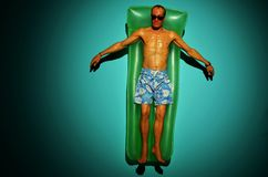 Rio de Janeiro, Brasilien - 30. März 2014: 'Antrieb ', eine Skulptur durch den australischen hyperrealist Bildhauer, Ron Mueck, a stock abbildung