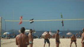 Rio De Janeiro Brasilien 26, Maj, 2016: en spelare tjänar som bollen i en volleybolllek i Rio de Janeiro lager videofilmer
