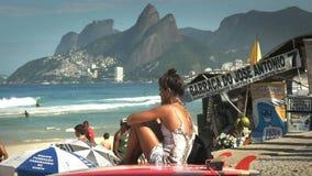 Rio De Janeiro Brasilien 24, Maj, 2016: kvinnlig surfare på ipanemastranden i Rio de Janeiro lager videofilmer
