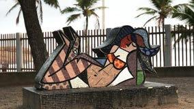 Rio De Janeiro Brasilien 25, Maj, 2016: mosaikkvinnakonstverk på den Ipanema stranden i Rio De Janeiro stock video