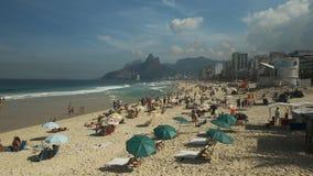 Rio De Janeiro Brasilien 27, Maj, 2016: sikt för hög vinkel av den Ipanema stranden i Rio De Janeiro stock video