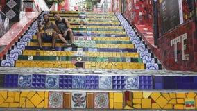 RIO DE JANEIRO BRASILIEN 25, MAJ, 2016: skjutit gå för 3 axel gimbalen till och med folkmassan på selaronmoment i rio arkivfilmer