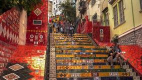 RIO DE JANEIRO BRASILIEN 25, MAJ, 2016: turister på selaronmoment i Rio de Janeiro arkivfoto