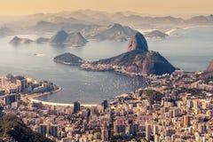 Rio de Janeiro Brasilien Suggar släntrar och Botafogo stranden som beskådas från Corcovado Arkivfoto
