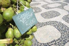 Rio de Janeiro Brazil Coconuts con la acera de Ipanema del precio Fotos de archivo