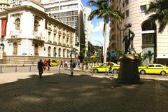 Rio de Janeiro, Brazilië, 14 Juli, 2017: Standbeeld van de de Carlos Gomes-beheersing en Rio de Janeiro City-zaal op achtergrond  royalty-vrije stock foto