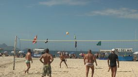 Rio De Janeiro, Brazylia 26, Maj, 2016: serw w grą siatkówka na Copacabana plaży w Rio zbiory wideo