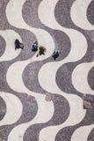 Rio De Janeiro, Brazylia, Odgórny widok ludzie Chodzi na Ikonowym Copacabana plaży chodniczku zdjęcie stock