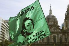 Rio De Janeiro, Brazylia Październik 21, 2018: Flaga z twarzą Marielle Franco Brazylijski polityk i zwrot «nasz broń jest zdjęcie stock