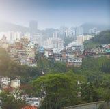 Rio de Janeiro centrum och favela fotografering för bildbyråer
