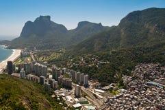 Rio de Janeiro Coast met Bergen Stock Afbeelding