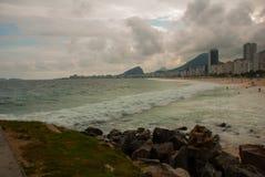 Rio de Janeiro, Copacabana-Strand, Brasilien: Sch?ne Landschaft mit See- und Strandansichten Der ber?hmteste Strand in Rio de Jan stockbild