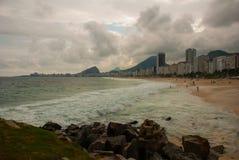 Rio de Janeiro, Copacabana-Strand, Brasilien: Sch?ne Landschaft mit See- und Strandansichten Der ber?hmteste Strand in Rio de Jan lizenzfreie stockbilder