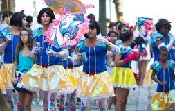 RIO DE JANEIRO - 11 DE FEVEREIRO: Homens novos nos ternos que têm o divertimento em f Imagem de Stock Royalty Free