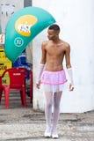 RIO DE JANEIRO - 9 DE FEVEREIRO: Um homem novo em um terno durante o carniv fotografia de stock