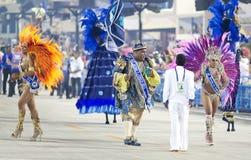 RIO DE JANEIRO - 10 DE FEVEREIRO: Uma mulher e homens na dança do traje Fotos de Stock