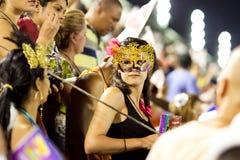RIO DE JANEIRO - 11 DE FEVEREIRO: Uma mulher em um relógio da máscara participan Imagem de Stock Royalty Free