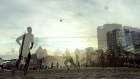 Rio de Janeiro för solnedgångstrandvolleyboll stock video