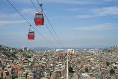 Rio de Janeiro Favela con los teleféricos rojos Imagen de archivo
