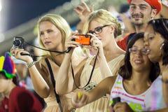 RIO DE JANEIRO - 10 FEBBRAIO: Una ragazza sul podio fotografa la o Immagine Stock Libera da Diritti