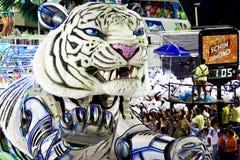 RIO DE JANEIRO - 11. FEBRUAR: Stellen Sie mit Dekorationen auf Karneval dar lizenzfreie stockfotografie