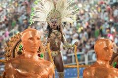 RIO DE JANEIRO - FEBRUARI 10: En kvinna i dräktdans på carnen Arkivfoton