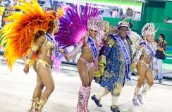 RIO DE JANEIRO - FEBRUARI 10: En kvinna och en man i dräktdancin Royaltyfri Fotografi