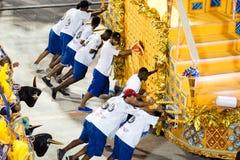 RIO DE JANEIRO - FEBRUARY 10: People pushing decorations on carn Royalty Free Stock Photos