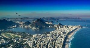 Rio de Janeiro från punkten av irmaoen för siktsmorrodois royaltyfria bilder