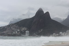 Rio de Janeiro har grova hav på en bakrusdag fotografering för bildbyråer