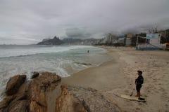Rio de Janeiro har grova hav på en bakrusdag arkivbilder