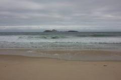 Rio de Janeiro heeft ruwe overzees op een katerdag stock foto's