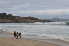 Rio de Janeiro heeft ruwe overzees op een katerdag stock afbeelding