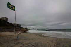 Rio de Janeiro heeft ruwe overzees op een katerdag royalty-vrije stock afbeeldingen