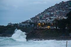 Rio de Janeiro heeft ruwe overzees op een katerdag royalty-vrije stock afbeelding