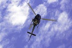 Rio de Janeiro, helikopter die boven hoofden vliegt Royalty-vrije Stock Foto's