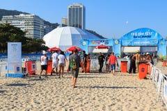 RIO DE JANEIRO - Juni 15: Folk för säkerhetskontroller som skriver in FIEN Royaltyfria Bilder