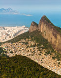 Rio de Janeiro Mountains, städtisches Aereas, Ozean im Horizont Lizenzfreie Stockfotografie
