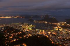 Rio de Janeiro-Nachtansicht von Sugarloaf, Brasilien Stockbilder
