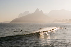 Rio de Janeiro, practicando surf Imagen de archivo libre de regalías